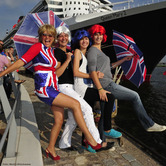 SUSI SALM ROCKT DIE QUEEN MARY 2 FLAG PARADE